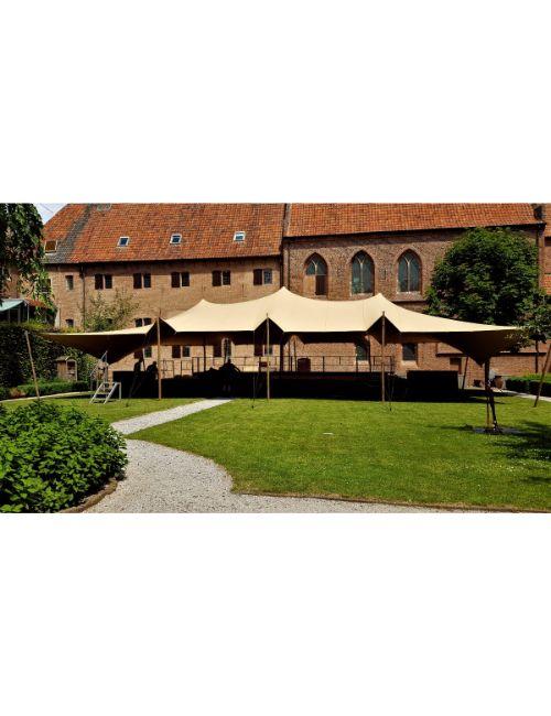 Tente stretch devant chateau